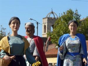 El campanar de Peralada amb gegants participants a la Trobada