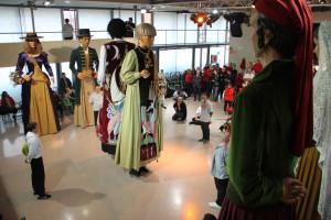 Els gegants de l'Agrupació ballant davant la nova Pubilla del Vallès